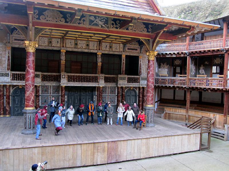 Concierto con Dragon Caffe Singers en el Globe Theatre en el marco del evento A Concert For Winter